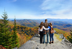 Familia que disfruta de tiempo en el top de la montaña Fotografía de archivo libre de regalías
