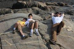Familia que disfruta de un día de verano Fotos de archivo