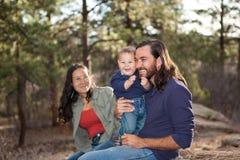 Familia que disfruta de un día en naturaleza Imágenes de archivo libres de regalías