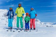 Familia que disfruta de vacaciones del invierno Fotos de archivo libres de regalías