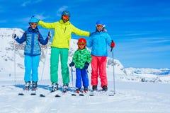 Familia que disfruta de vacaciones del invierno Foto de archivo libre de regalías