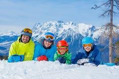 Familia que disfruta de vacaciones del invierno Foto de archivo