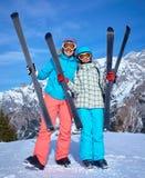 Familia que disfruta de vacaciones del invierno Imagenes de archivo