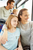 Familia que disfruta de viaje del autobús junto Fotos de archivo libres de regalías