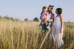 Familia que disfruta de vida al aire libre en campo foto de archivo libre de regalías