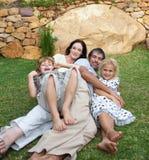 Familia que disfruta de vida en el jardín Imagen de archivo