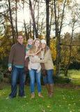 Familia que disfruta del aire libre en un día precioso del otoño Fotografía de archivo