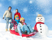 Familia que disfruta del día de invierno Fotos de archivo