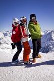 Familia que disfruta del esquí en las montañas Foto de archivo