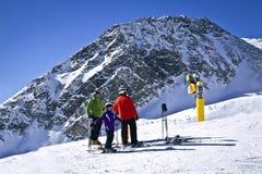 Familia que disfruta del esquí en las montañas Fotografía de archivo libre de regalías