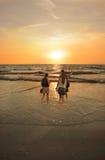 Familia que disfruta del tiempo junto en la playa de niebla hermosa Foto de archivo libre de regalías