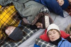 Familia que duerme en tienda Foto de archivo