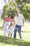 Familia que ejecuta al aire libre la sonrisa