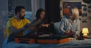 Familia que embala tarde en la noche almacen de metraje de vídeo