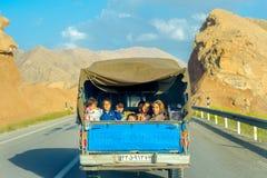 Familia que entra en un cuerpo del camión fotografía de archivo libre de regalías