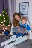 Familia que espera un Año Nuevo Familia con el pequeño hijo que sienta el ne Imágenes de archivo libres de regalías