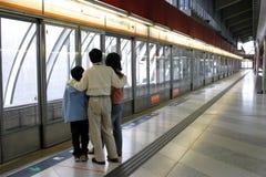 Familia que espera un tren Imagen de archivo libre de regalías