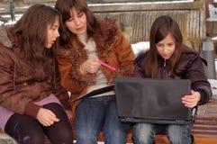Familia que estudia la computadora portátil fotos de archivo