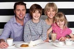 Familia que goza del desayuno en el restaurante fotografía de archivo libre de regalías