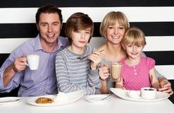 Familia que goza del desayuno en un restaurante imagenes de archivo