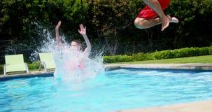 Familia que goza en piscina almacen de video