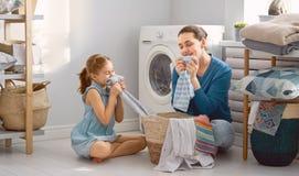 Familia que hace el lavadero imagen de archivo