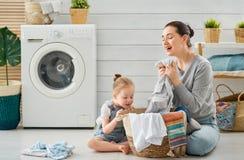 Familia que hace el lavadero fotos de archivo