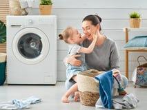 Familia que hace el lavadero imágenes de archivo libres de regalías