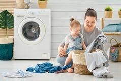Familia que hace el lavadero foto de archivo