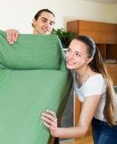 Familia que hace la relocalización de los muebles Imagen de archivo libre de regalías
