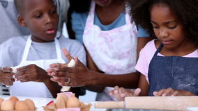 Familia que hace los pasteles almacen de video