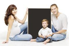 Familia que hace publicidad del tablero en blanco de Copyspace, educación de los padres Foto de archivo