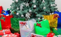 Familia que intercambia los regalos de la Navidad en casa imagen de archivo libre de regalías