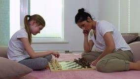 Familia que juega a ajedrez metrajes