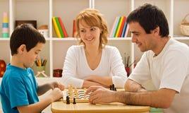 Familia que juega a ajedrez Imagen de archivo libre de regalías