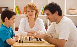 Familia que juega a ajedrez Fotografía de archivo