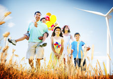 Familia que juega al aire libre concepto del campo de los niños Imagen de archivo libre de regalías
