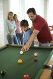 Familia que juega al billar Imagenes de archivo