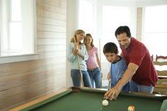 Familia que juega al billar Fotografía de archivo libre de regalías