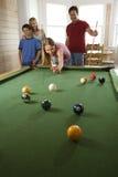 Familia que juega al billar en sitio de Rec Foto de archivo