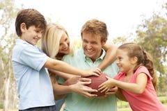 Familia que juega al fútbol americano junto Fotografía de archivo libre de regalías
