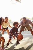 Familia que juega al juego de baloncesto en casa imágenes de archivo libres de regalías