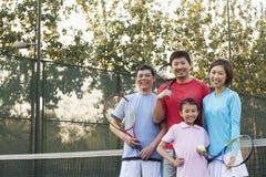 Familia que juega al tenis, retrato Foto de archivo