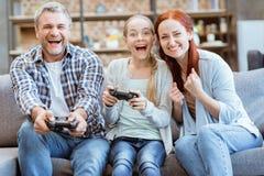 Familia que juega al videojuego Imagen de archivo