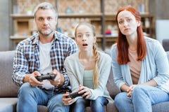 Familia que juega al videojuego Imagenes de archivo