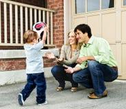 Familia que juega con el balón de fútbol Imagen de archivo libre de regalías