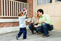 Familia que juega con el balón de fútbol foto de archivo libre de regalías