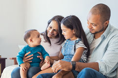 Familia que juega con el bebé