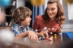 Familia que juega con el modelo de los átomos Imagen de archivo