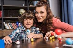 Familia que juega con el modelo de los átomos Foto de archivo libre de regalías